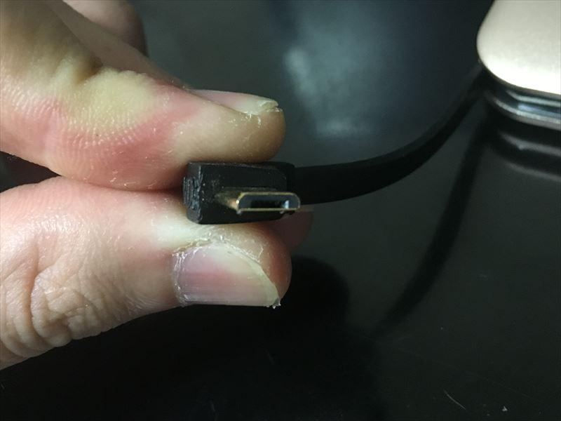 ケーブルの先っぽはMicro USBの端子です 【徹底解析】Okiti モバイルバッテリー 10000mAhが最高にオススメ!ケーブル無しで持ち運び出来て荷物が軽くなる!充電時間を計測しました!