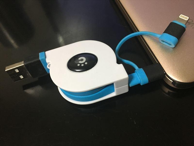 Okitiのモバイルバッテリーでも、「cheero 2 in 1」の先っぽをMicro USBに切り替えて充電穴に差し込みます。 【徹底解析】Okiti モバイルバッテリー 10000mAhが最高にオススメ!ケーブル無しで持ち運び出来て荷物が軽くなる!充電時間を計測しました!