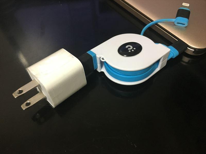 片方にプラグを取り付けます。 【徹底解析】Okiti モバイルバッテリー 10000mAhが最高にオススメ!ケーブル無しで持ち運び出来て荷物が軽くなる!充電時間を計測しました!
