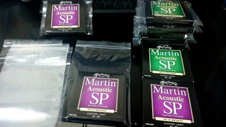 Martin弦をチャック付きの袋に入れる。ギター弦を錆びさせない!!弦を全て真空パックにして劣化を抑え、錆びるのを防ぎます!