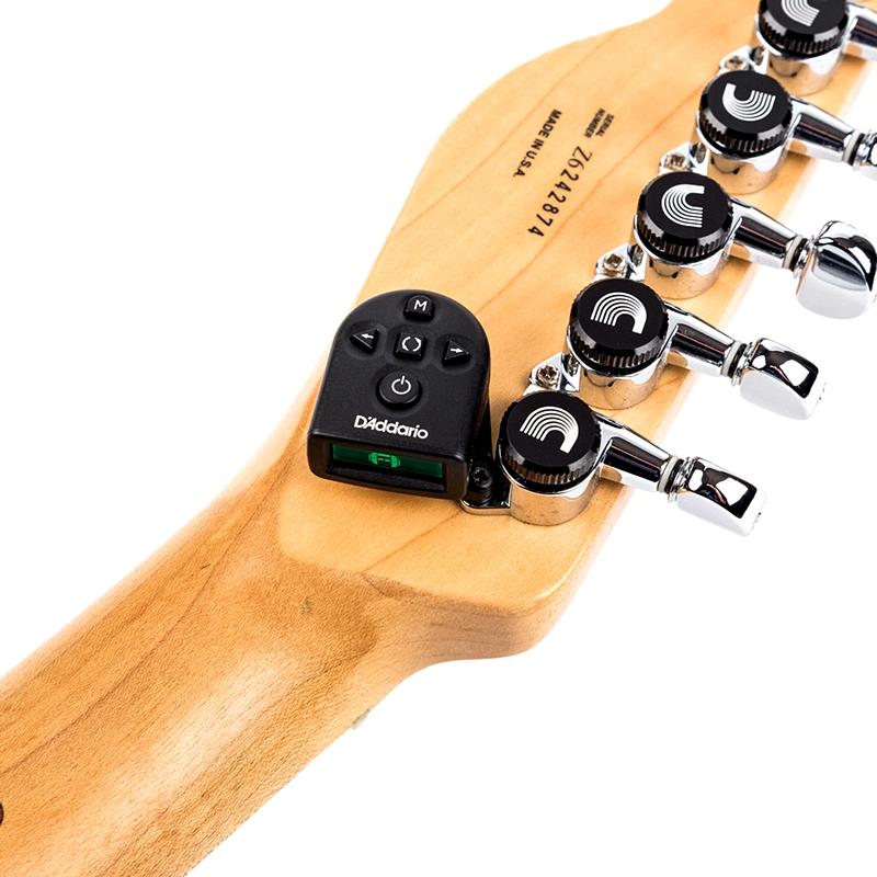 PW-CT-21をエレキギターに装着 【徹底解説】ダダリオNS Micro Clip Free Tuner PW-CT-21がスゴイ! ヘッド裏に隠れる目立たないチューナー。 大村孝佳さんも藤岡幹大さんのギターで愛用!