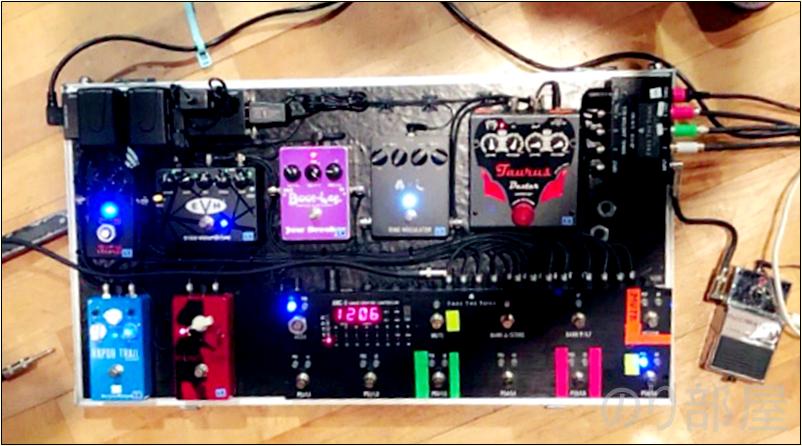 もう少し分かりやすい角度に修正した写真はこちら。 【徹底紹介】Roselia 氷川紗夜(工藤晴香)のエフェクターボード・機材を解析!ツマミ・ノブの位置も分かる!ギターを支える機材の数々を紹介!BanG Dream!バンドリ!ロゼリア 【金額一覧】 【徹底紹介】Roselia 今井リサ(中島由貴)のエフェクターボード・機材を解析!ツマミ・ノブの位置も分かる!ベースを支える機材の数々を紹介!BanG Dream!バンドリ! 【金額一覧】【機材】有名ギタリストの機材・エフェクターボード特集!役に立つ絶対読むべき人気記事まとめ!