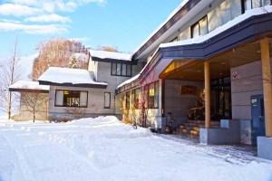 やまぶきの外観当館は玄関からスキー場!
