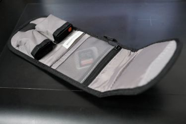 SDカードとカメラ用のバッテリーを収納できる VANGUARD バッテリーホルダーALTA BC