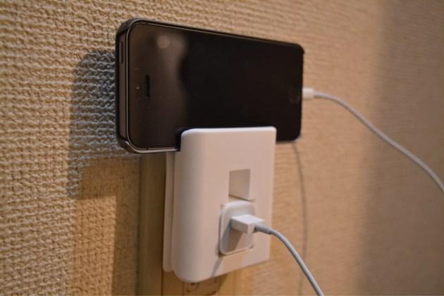 100円ショップSeriaで見つけたiPhone用の電源アダプタホルダーにiPhoneを載せる1