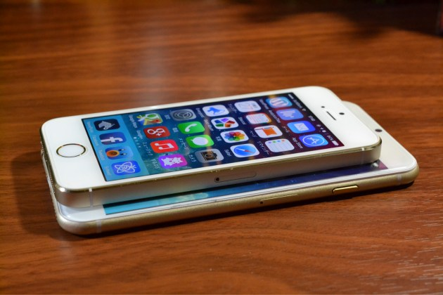 iPhone5sとiPhone6を重ねる1