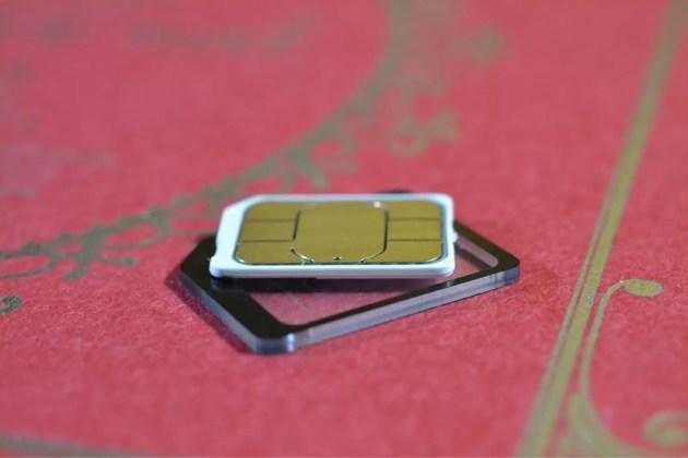 nanoSIMをmicroSIM変換アダプターへ1