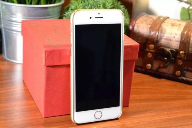 ゴールドなiPhone6ケース装着1