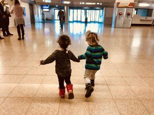 Merlin und seine Freundin auf dem Flughafen Salzburg