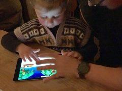 Risky Week 50 – Merlin spielt mit seinem Cousin am Tablet