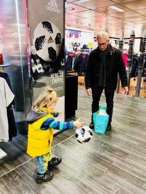 Risky Week 04 – Merlin spielt im Kaufhaus Fußball mit Opa