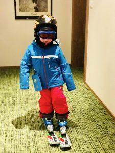Skifahren lernen übt Merlin im Flur