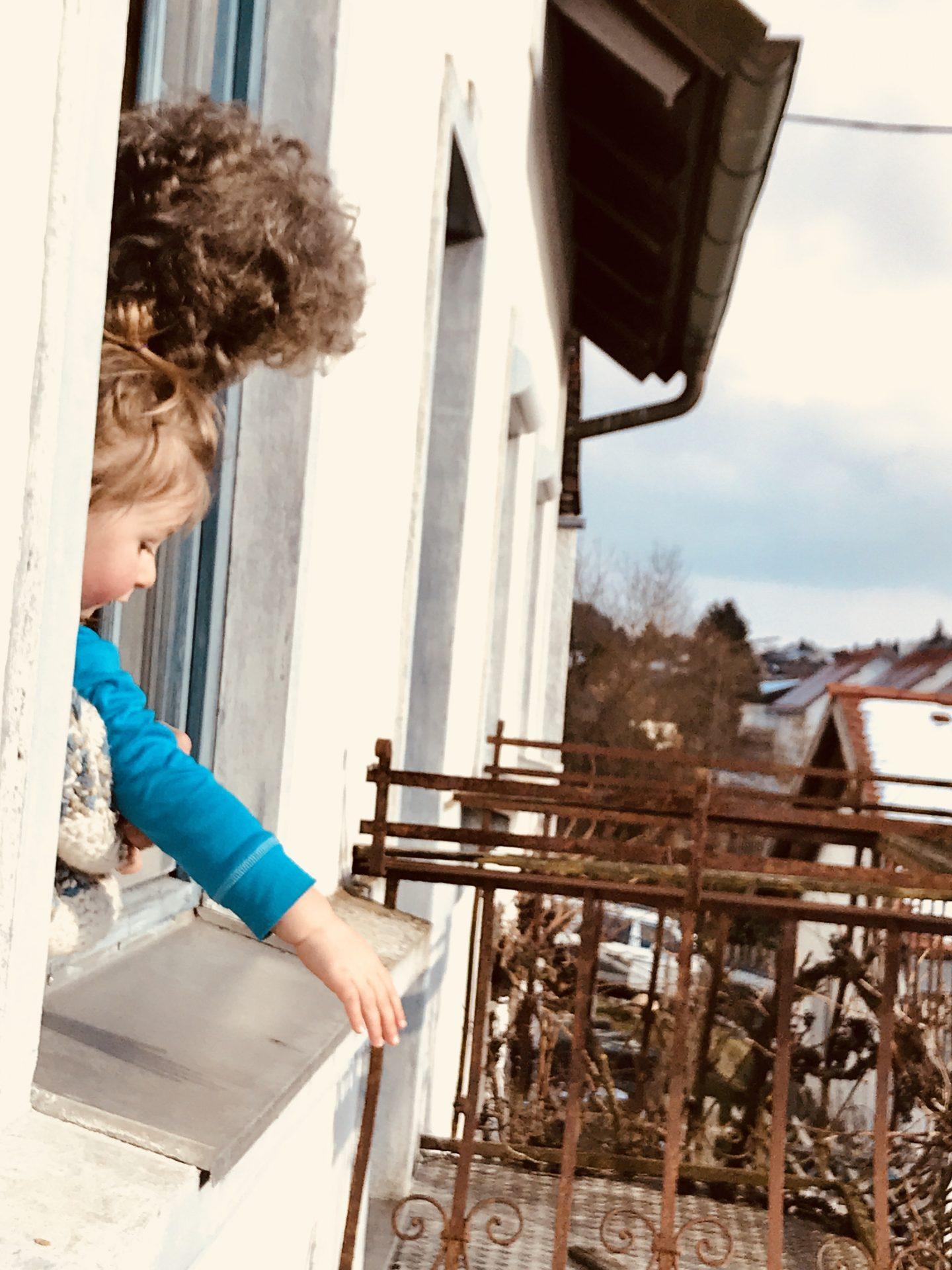 Merlin mit Tante am Küchenfenster