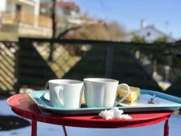 Teepause auf der Terrasse