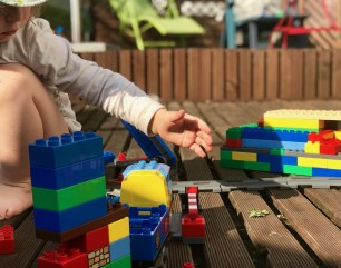 Risky Week 16 – Merlin spielt auf der Terrasse Lego-Eisenbahn