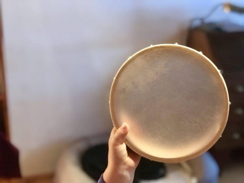 Kinder singen und begleiten sich mit dem Tamburin.