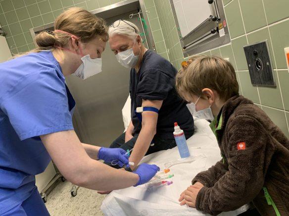 Coronavirus Test bei Papa – Blutabnehmen ist interessant für Merlin