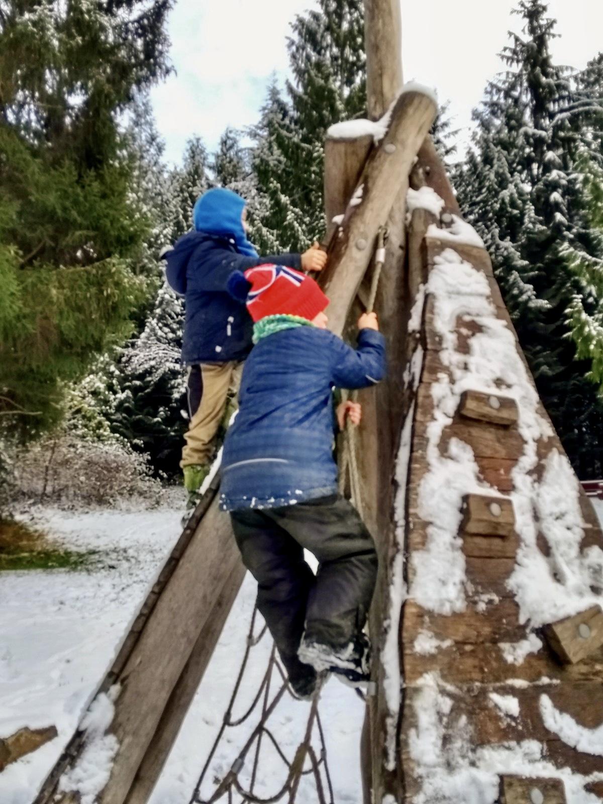 Merlin und Freund beim Kletter auf ein Tipi