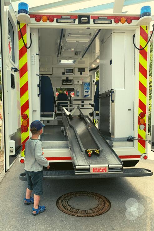 Merlin steht vor dem offenen Krankenwagen