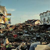 Di Mana Kamu, De'Na? (Puisi Mengenang Tsunami Aceh 2004) - WS Rendra