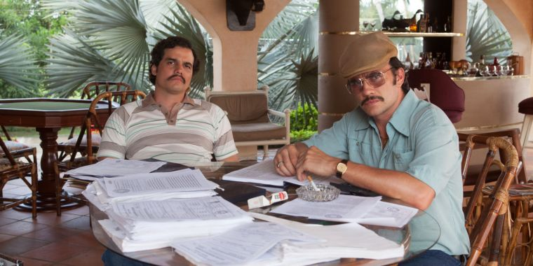 Pablo Escobar (Wagner Moura) & Gustavo Gaviria (Juan Pablo Raba) (Narcos, Netflix)
