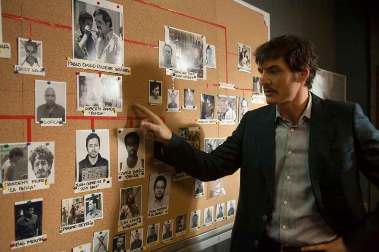 Javier Peña (Pedro Pascal) talking through a forever growing complex case (Narcos, Netflix)