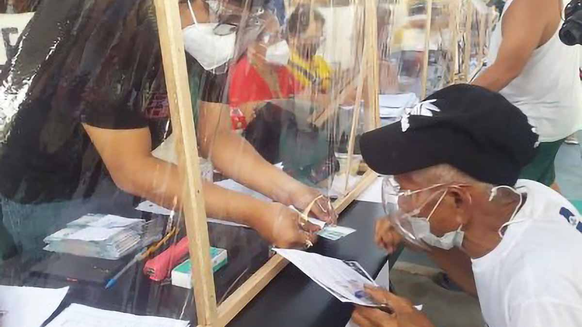 Low-income earners in Bulacan receive ECQ aid