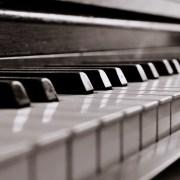 piano in black-in-white