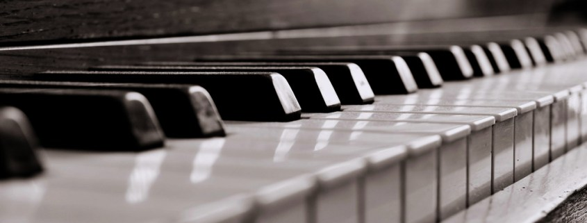 piano in black-in-white