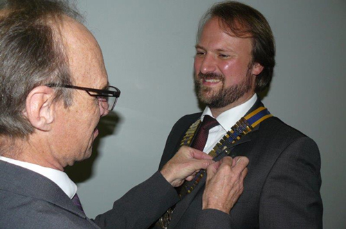 Past-President-Tommy-Stratten-(left)-handing-over-the-Presential-chain-and-pinning-the-president-lapel-to-Dr-Jan-Christoph-Hadenfeldt-(right)