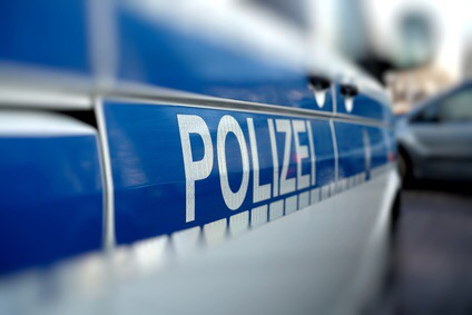 Jugendliche werfen Kieselsteine auf fahrende Autos – Polizei sucht Zeugen