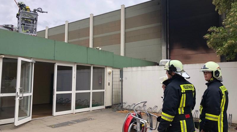 Feuerwehr löscht Brand an Sporthalle in Lindau