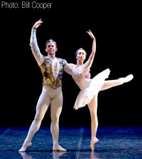 John Hull as Solor & Keiko Amemori as Nikiya in La Bayadére (Photo: Bill Cooper)
