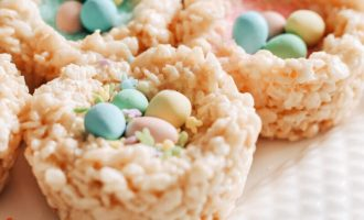 Rice Krispie and Mini Egg Nests are a fun Easter treat and activity for kids! An easy no-bake dessert with mini eggs and pastel sprinkles. No-Bake Dessert | Easter Desserts | Easter Treats | Quick and Easy | Chocolate Egss | Cadbury Mini Eggs | Spring Activities | Food for Kids | Easter Nests | Edible Nests | Easter Recipes | Rice Krispie Nests | Rice Crispy | Rice Crispies | Activity for Kids | Easter Fun |