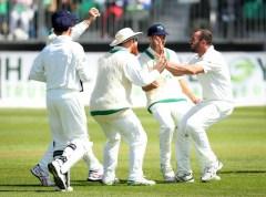 Stuart Thompson claims a pakistan test wicket