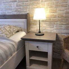 Schlafzimmer mit Nachttisch