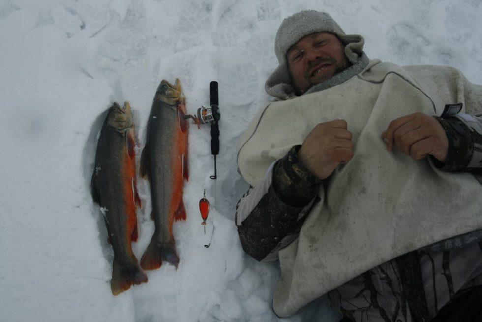 Fornøyd fisker etter å ha fått flere fine røyer.