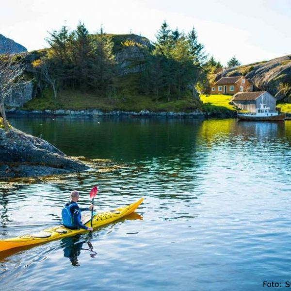 Paddling kayak in Solund