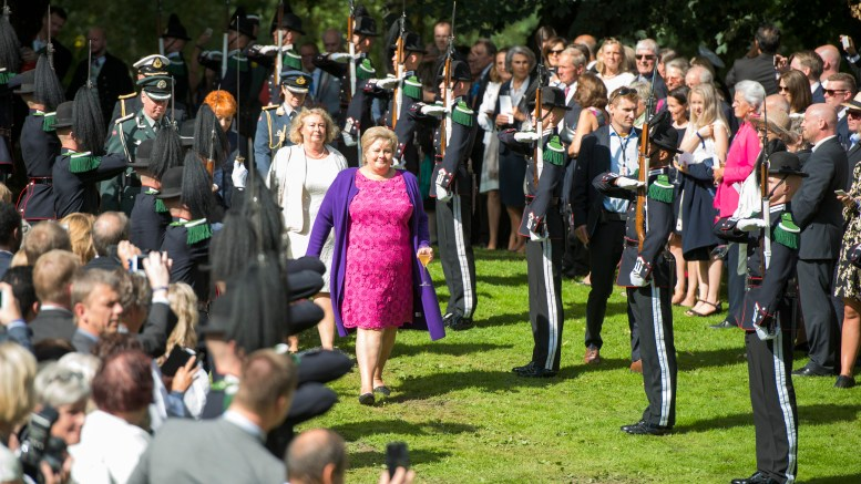 King Harald and Queen Sonja invites to the garden party in Queen Park. Prime Minister Erna Solberg also participates together with 1500 others.