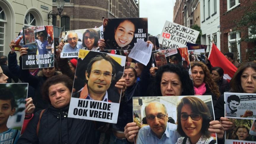 Solidarity demonstration signs in Deventer, photo: NOS/Martijn van der Zande
