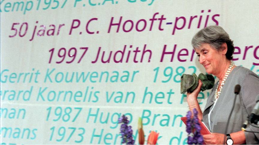 Ms Judith Herzberg accepts the P.C. Hooft literature prize in 1997
