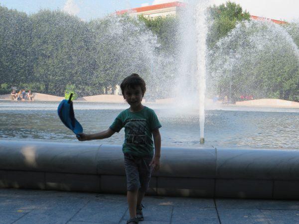 Refrescandonos en los jardines de la National Gallery