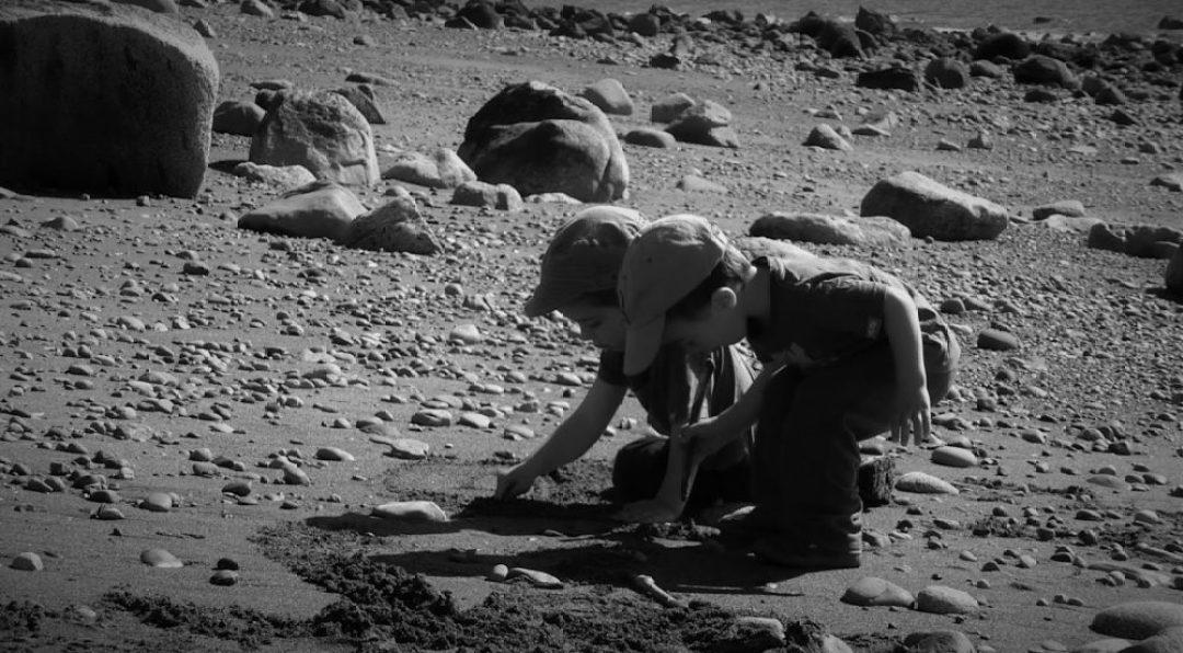 Jugando sin juguetes en las playas de Chiloé (Chile, 2013)
