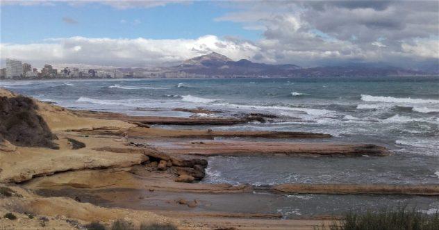 Las vistas de la playa de Muchavista y las sierras cercanas desde el cabo (Alicante, 2016)