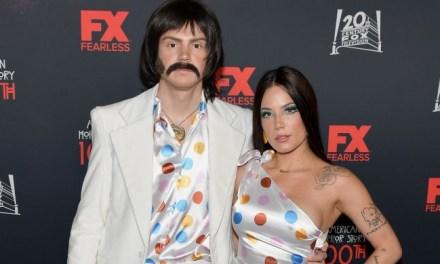 Evan Peters e Halsey se fantasiam de Sonny e Cher para evento de AHS!