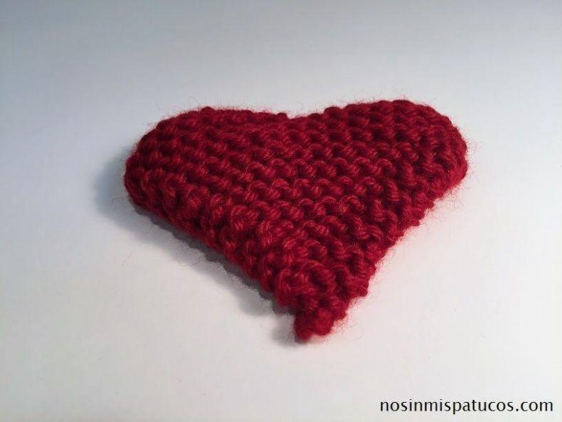corazón tejido con dos agujas