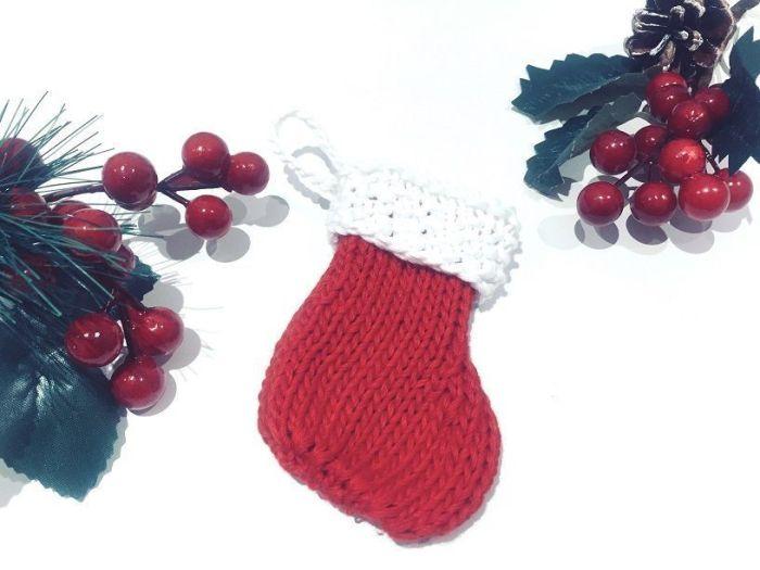 Calcetín de navidad tejido a mano. Decoración para el árbol.