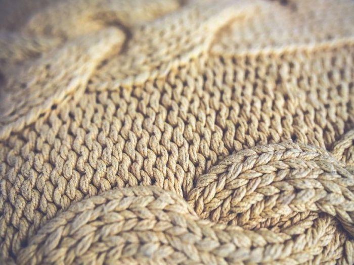 muestra de lana tejida a mano formando trenzas.