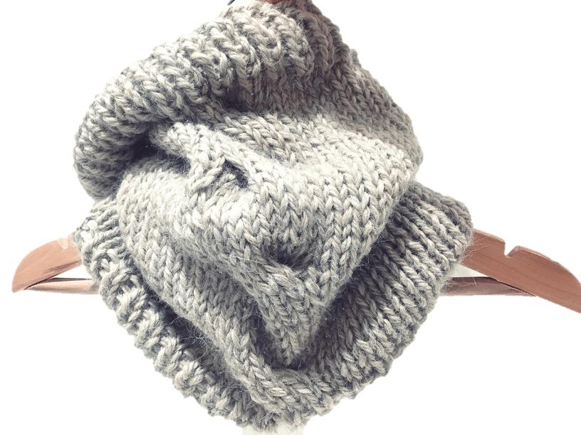 Cuello tejido a mano con una trenza decorativa.