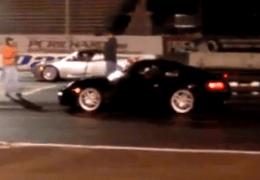 Electric races a Porsche